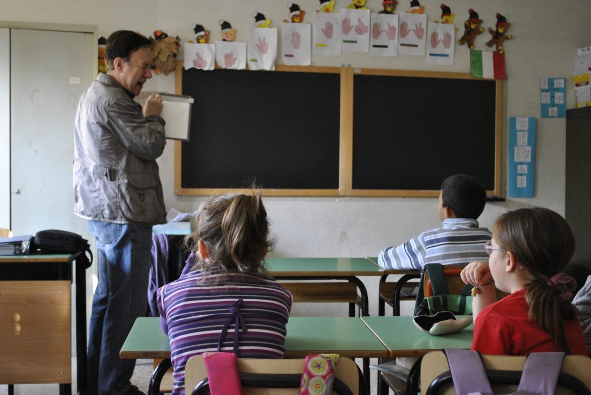Un insegnante mostra una tavoletta braille a una classe delle scuole elementari