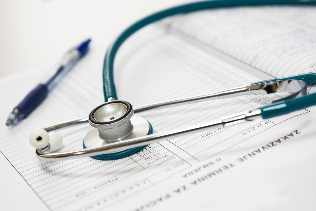 stetoscopio con cartella clinica