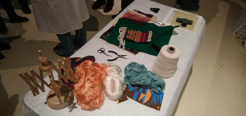 laboratorio restauro: forbici e gomitoli di filo appoggiati su un tavolo