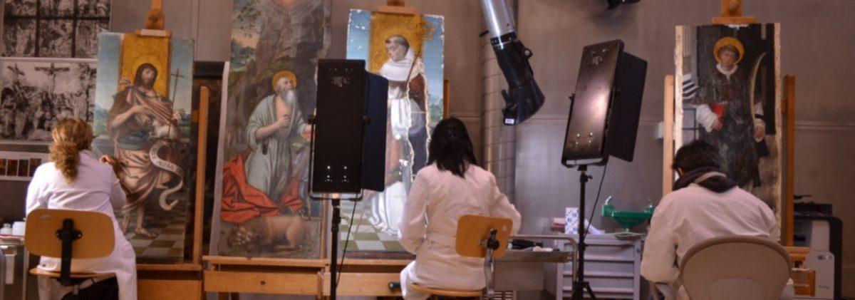 Nei laboratori della Venaria Reale, i restauratori lavorano ad alcuni dipinti