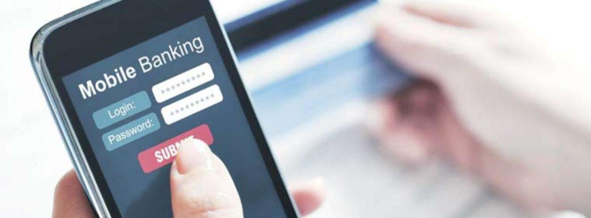 Persona con telefono accede ad Applicazione conto corrente