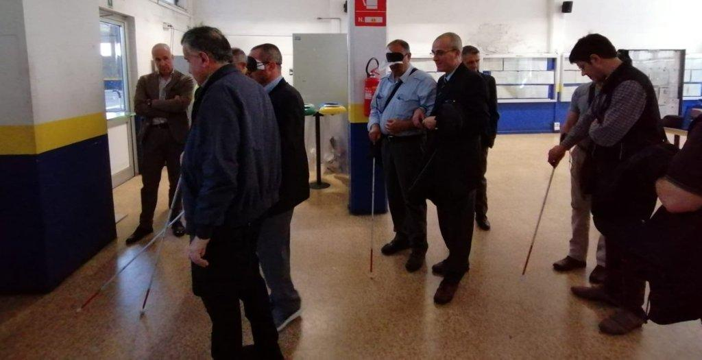Autisti Gtt bendati e con bastone bianco si muovono nel deposito di Venaria