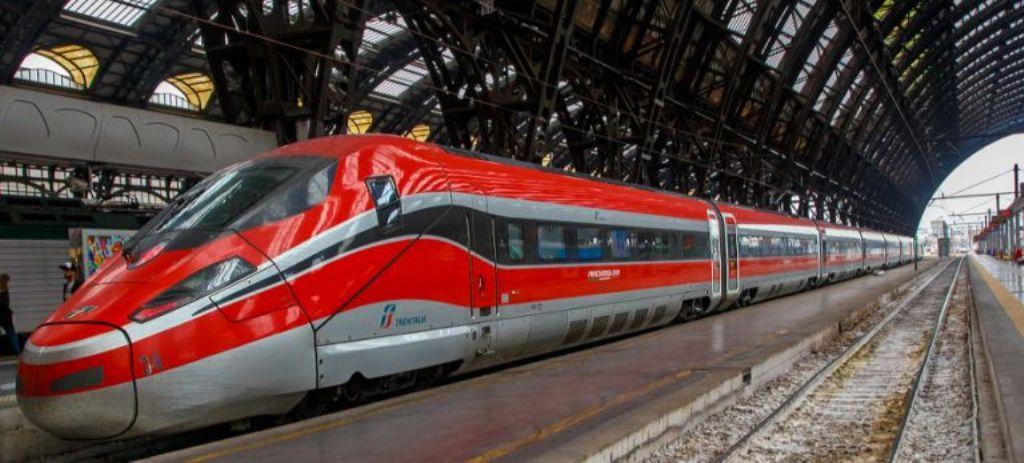 Un treno Frecciarossa Trenitalia alla stazione di Milano Centrale