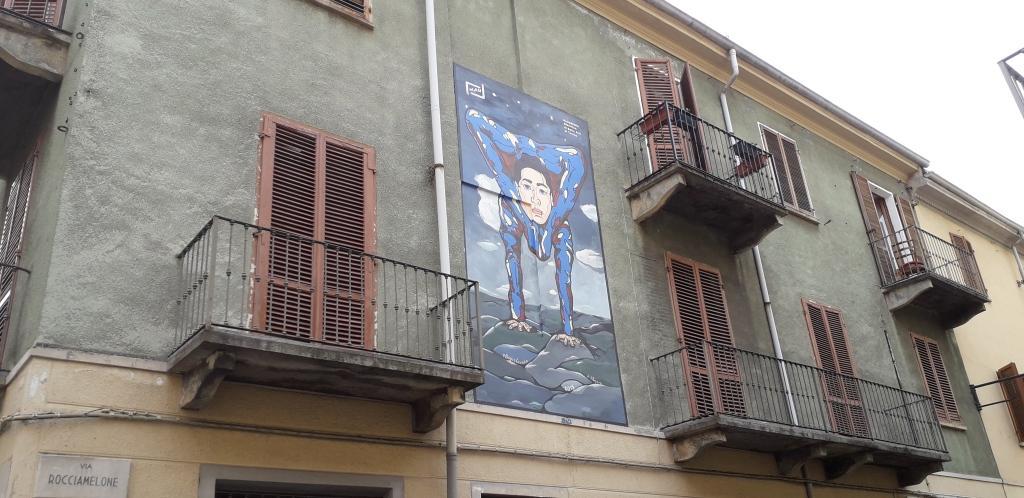 """L''opera """"Il Contorsionista"""", murales, Museo d'Arte Urbana Torino"""