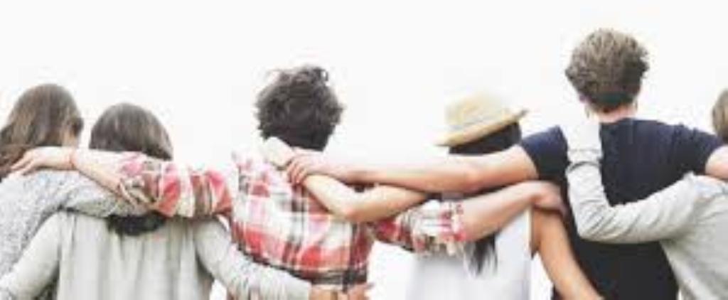 Giovani di spalle, abbracciati