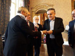 Il presidente UICI Torino Gianni Laiolo riceve dai delegati Onav chiavetta Usb con audiolibro Manuale dell'assaggiatore