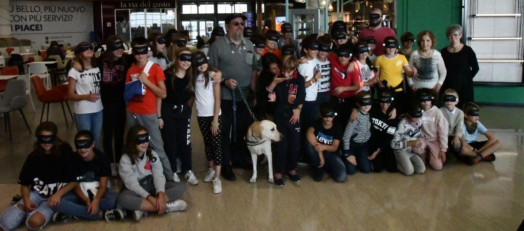 Foto gruppo ragazzi scuole Pinerolo e delegazione UICI