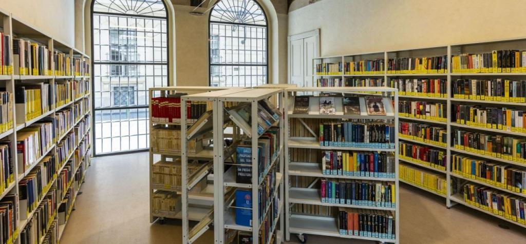 Biblioteca Civica Centrale, scaffali con libri