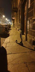 Un monopattino abbandonato in strada
