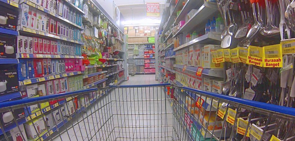 immagine carrello in corsia supermercato