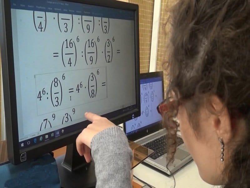 una ragazza ipovedente guarda formule matematiche sullo schermo di un pc