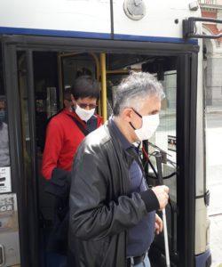 Il presidente UICI Torino, Gianni Laiolo, e il consigliere Christian Bruno, entrambi muniti di mascherina, scendono da un mezzo GTT