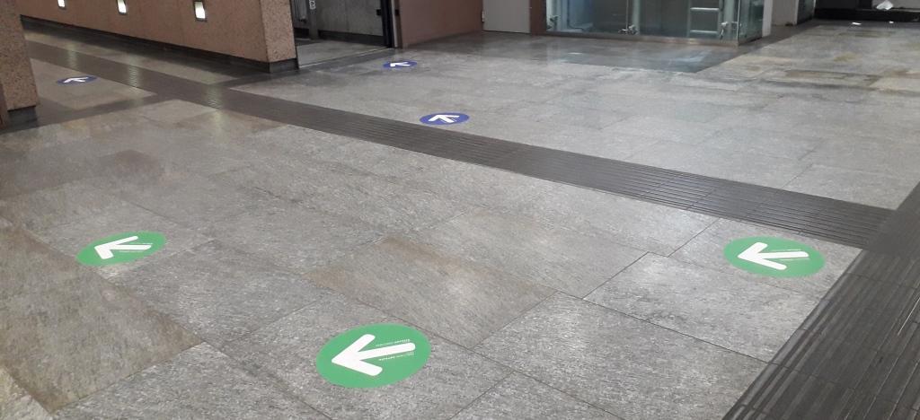 Frecce per indicare percorsi in metropolitana