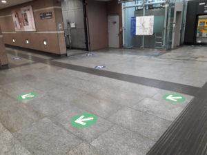 Frecce per indicare direzioni in metropolitana