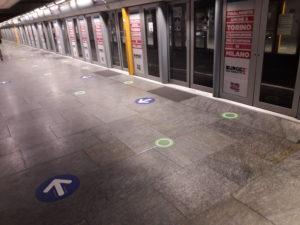 segnaposto circolari in fermata metropolitana
