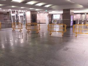 Transenne per disciplinare flussi di passeggeri in metropolitana