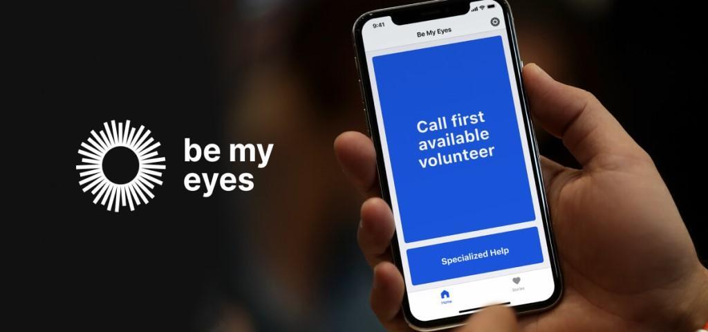 """Persona tiene in mano telefono con applicazione """"Be my eyes"""""""