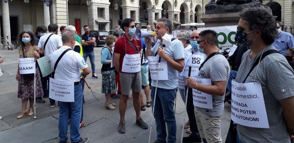Manifestazione mobilità 14 settembre. Persone in piazza, presidente Laiolo con megafono