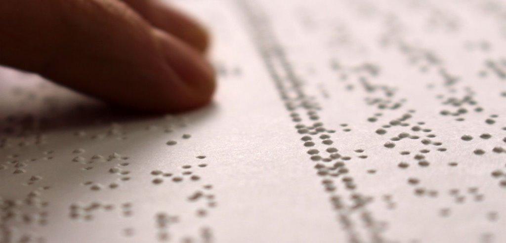 Dita leggono un testo in braille