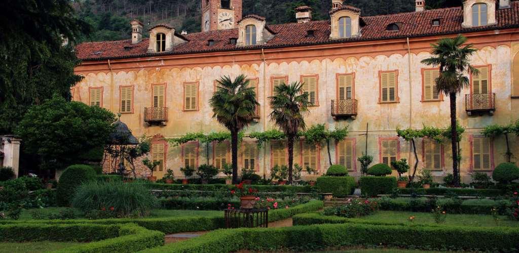 veduta frontale di casa Lajolo a Piossasco (con giardini)