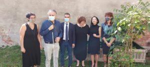 Foto di gruppo durante premiazione artista giapponese Liku Takahashi al Museo del Tessile di Chieri