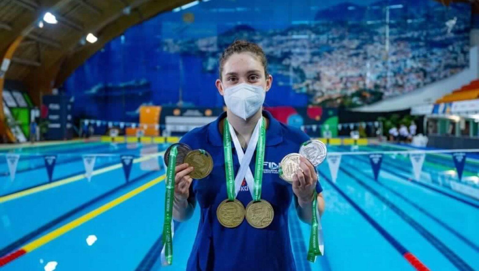 Carlotta Gilli con al collo le medaglie paralimpiche