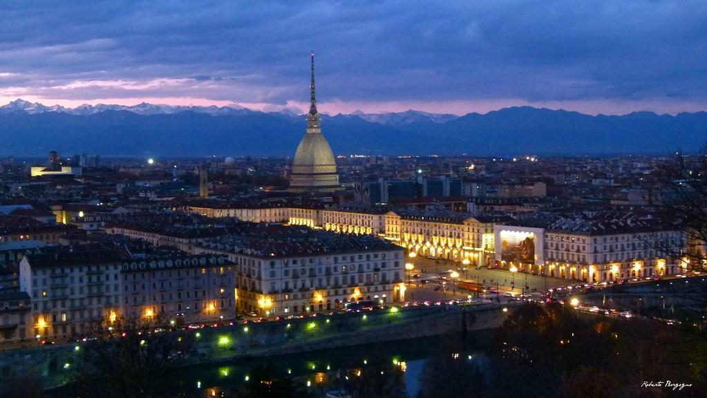 Immagine di Torino vista dall'alto, di sera,